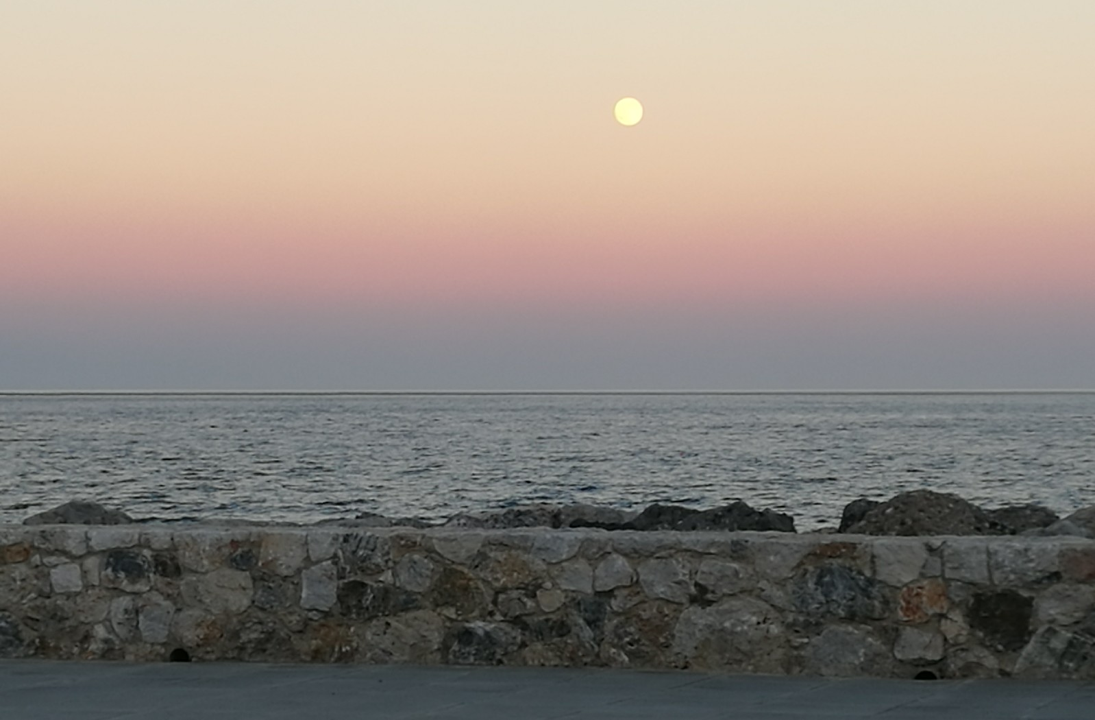 Full moon at sunset in Paleochora- © Otto Leholt